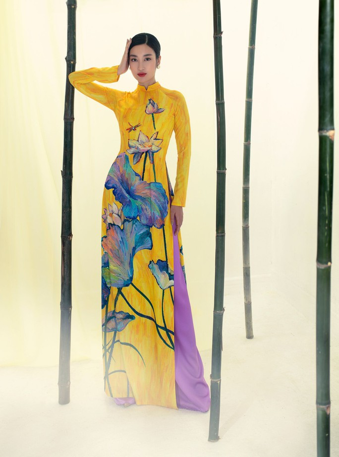 Đỗ Mỹ Linh tuyệt sắc trong áo dài hoa sen lễ Vu Lan - Ảnh 2.