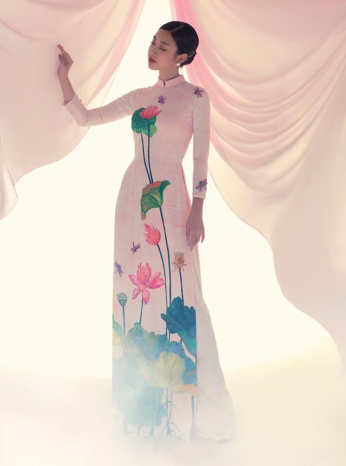 Đỗ Mỹ Linh tuyệt sắc trong áo dài hoa sen lễ Vu Lan - Ảnh 5.