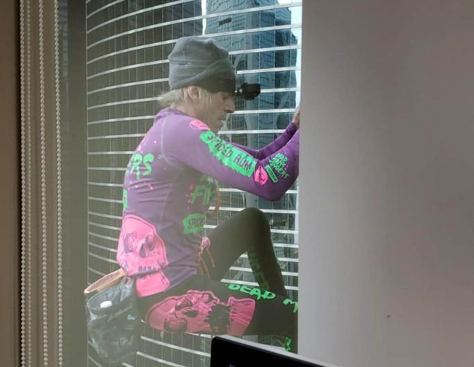 Người nhện leo toà nhà chọc trời Hồng Kông để kêu gọi hoà bình - Ảnh 1.