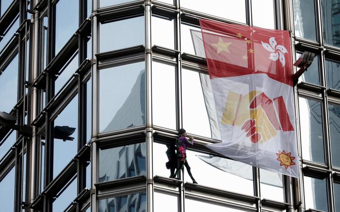 Người nhện leo toà nhà chọc trời Hồng Kông để kêu gọi hoà bình - Ảnh 2.