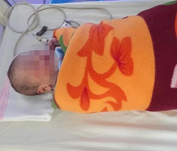 Trẻ sơ sinh chưa cắt rốn khoảng 1 ngày tuổi bị bỏ rơi bên lề đường - Ảnh 1.