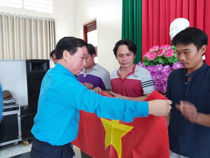 3.000 lá cờ Tổ quốc đến với ngư dân huyện đảo Phú Quốc - Ảnh 1.
