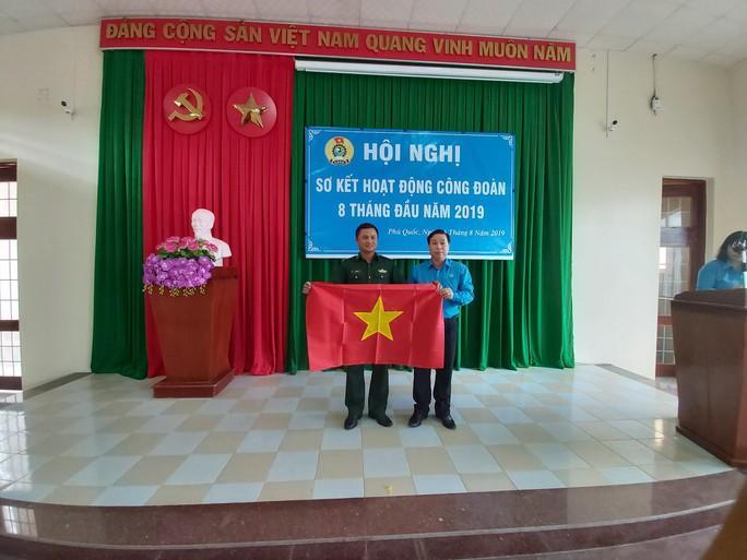 3.000 lá cờ Tổ quốc đến với ngư dân huyện đảo Phú Quốc - Ảnh 2.