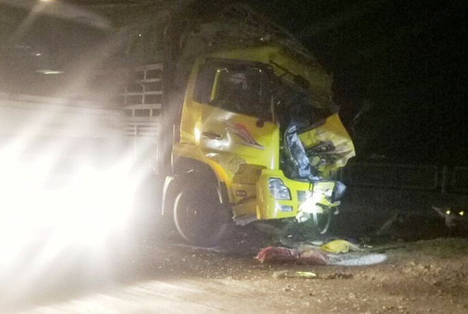 Tông đuôi xe tải trên Quốc lộ 1A, tài xế xe tải tử vong trong cabin - Ảnh 1.