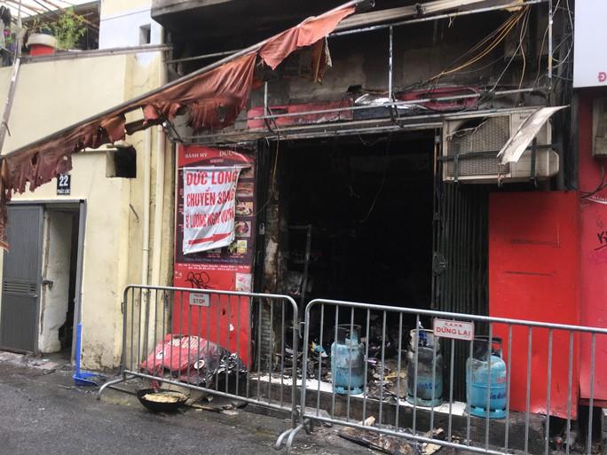 Sau tiếng nổ lớn, lửa bao trùm cửa hàng bánh trong phố cổ Hàng Buồm - Ảnh 1.