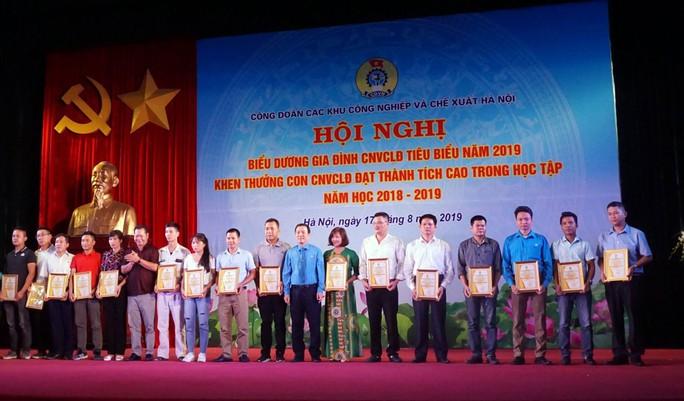 Hà Nội: Biểu dương 78 gia đình CNVC-LĐ tiêu biểu - Ảnh 1.