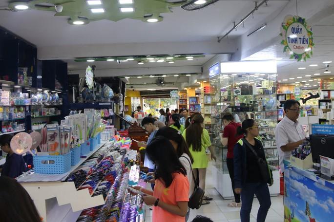 Chen chân mua sách vở trước ngày tựu trường - Ảnh 1.