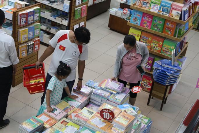 Chen chân mua sách vở trước ngày tựu trường - Ảnh 2.