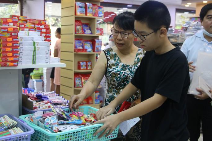 Chen chân mua sách vở trước ngày tựu trường - Ảnh 3.