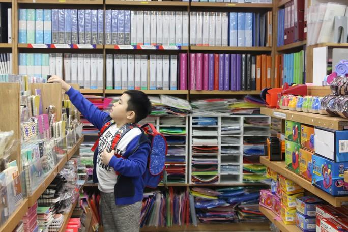Chen chân mua sách vở trước ngày tựu trường - Ảnh 4.