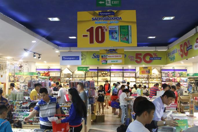 Chen chân mua sách vở trước ngày tựu trường - Ảnh 6.