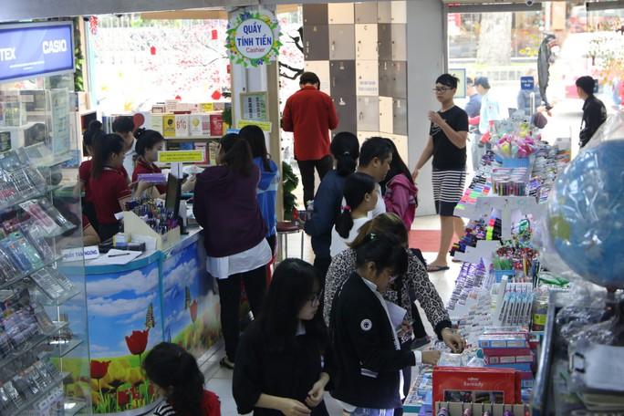 Chen chân mua sách vở trước ngày tựu trường - Ảnh 8.