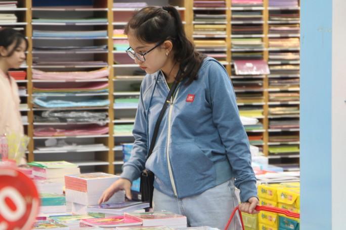Chen chân mua sách vở trước ngày tựu trường - Ảnh 10.