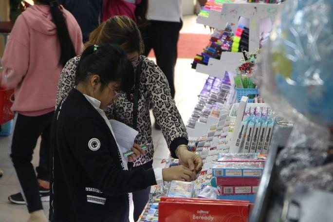 Chen chân mua sách vở trước ngày tựu trường - Ảnh 12.