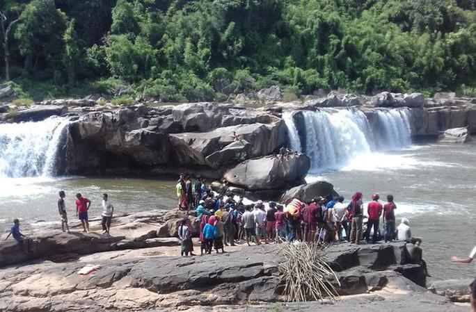 Đi tắm thác, 3 thanh niên bị nước cuốn mất tích - Ảnh 1.
