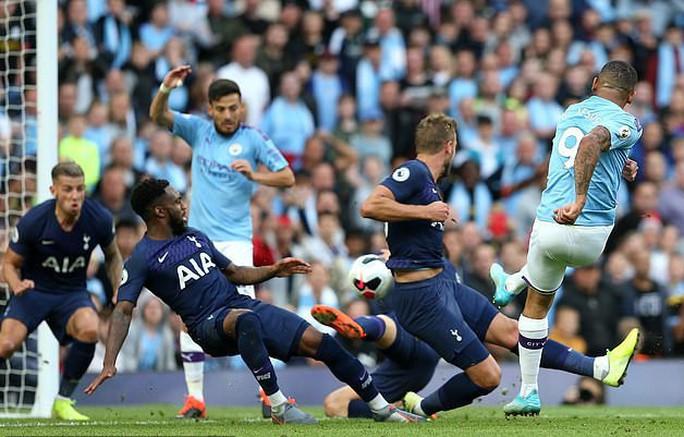 VAR cứu Tottenham, Man City ôm hận đại chiến  - Ảnh 2.