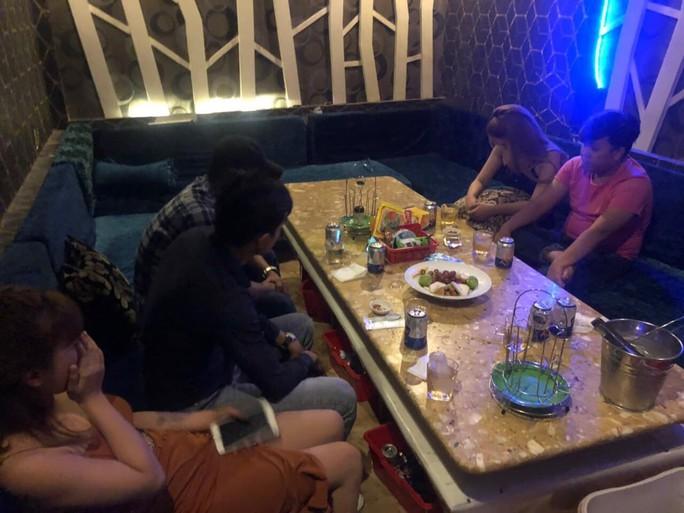 Nhà hàng Thiên Hương ở quận 1 để khách thoải mái ăn chơi với tiếp viên - Ảnh 1.