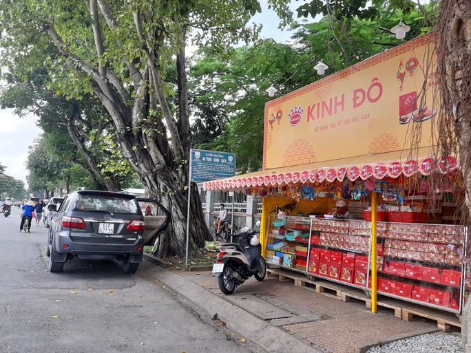 Bức xúc việc vỉa hè cơ quan, bệnh viện thành… cửa hàng bánh trung thu - Ảnh 3.