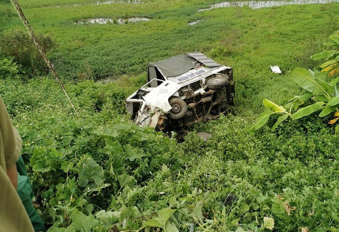 Xe tải chết máy giữa đường sắt, bị tàu hỏa tông bay xuống ruộng - Ảnh 2.