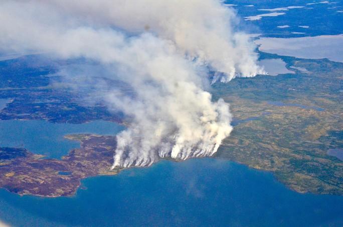 Bắc Cực bùng cháy, đe dọa mở nắp mộ băng cổ đầy khí độc - Ảnh 1.
