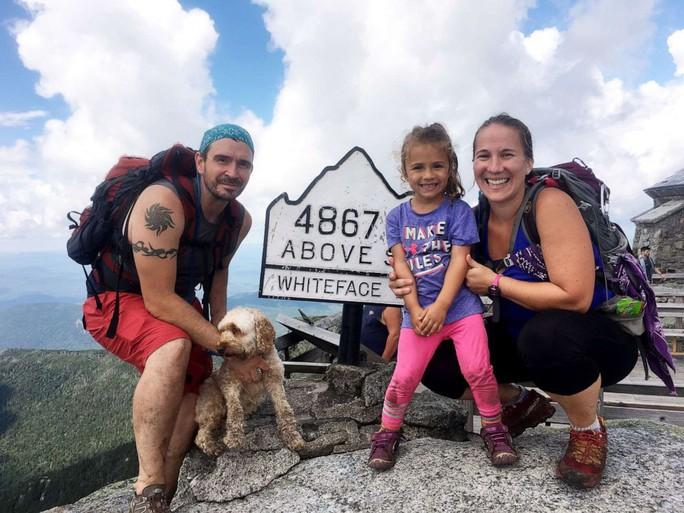 Bé gái 4 tuổi mê leo núi chinh phục thành tích đáng nể - Ảnh 1.
