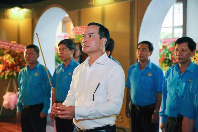 Chủ tịch Tổng LĐLĐ Việt Nam dâng hương tưởng niệm Chủ tịch Tôn Đức Thắng - Ảnh 1.