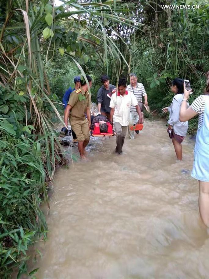Xe buýt rơi xuống hẻm núi ở Lào, 13 du khách Trung Quốc thiệt mạng - Ảnh 1.