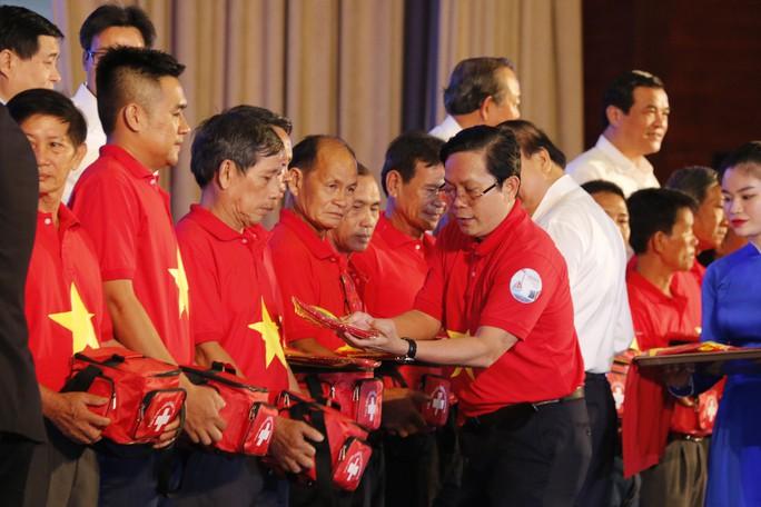 Thủ tướng cùng Báo Người Lao Động trao 10.000 lá cờ Tổ quốc cho ngư dân - Ảnh 4.