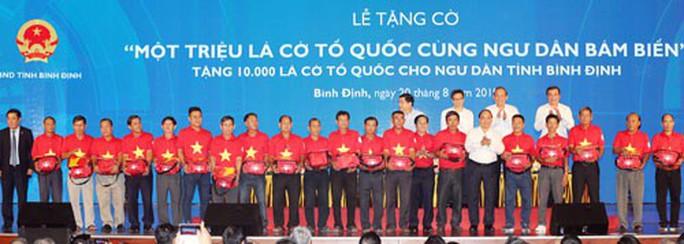 Thủ tướng trao cờ Tổ quốc cho ngư dân Bình Định - Ảnh 1.