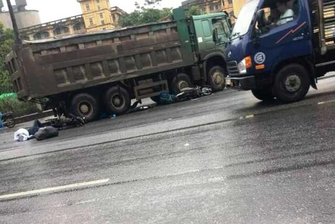 Xe hổ vồ sang đường cán chết 1 người nước ngoài đi xe máy - Ảnh 1.