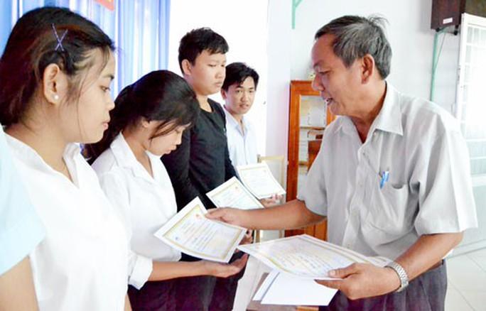 An Giang: Trao 350 triệu đồng học bổng khuyến học cho con công nhân - Ảnh 1.