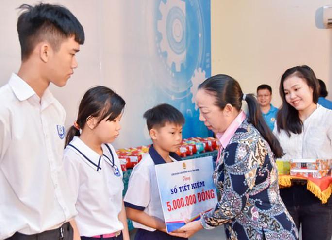 Hơn 9,1 tỉ đồng học bổng cho con CNVC-LĐ - Ảnh 1.