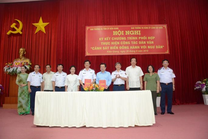 """Bộ Tư lệnh Cảnh sát biển và tỉnh Kiên Giang ký kết chương trình """"Cảnh sát biển đồng hành cùng ngư dân"""" - Ảnh 1."""