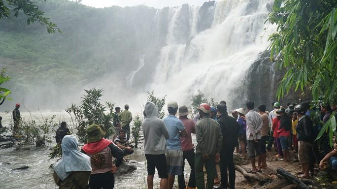 Vừa vớt được thi thể 3 thanh niên bị nước cuốn mất tích khi tắm thác - Ảnh 1.