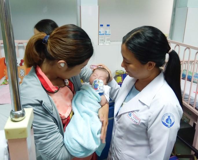 Bé gái con chị Tr. trong vòng tay mẹ và BS Cẩm Giang khỏe mạnh sau gần 2 tuần mổ tim