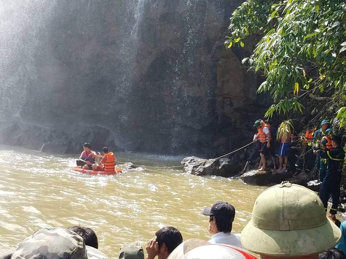 Vừa vớt được thi thể 3 thanh niên bị nước cuốn mất tích khi tắm thác - Ảnh 2.
