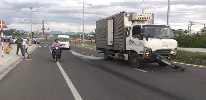 Sau khi va ch ạm, chiếc xe tải chạy một đoạn mới dừng lại