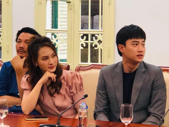 Nhận bằng khen của Bộ VH-TT-DL, Bảo Thanh hỏi Bộ trưởng đã xem bao nhiêu tập phim Về nhà đi con? - Ảnh 1.
