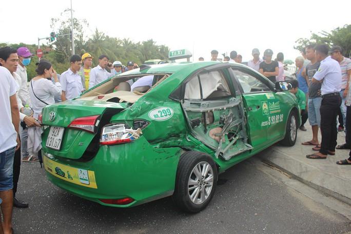 Chiếc taxi văng khỏi lể đường, 3 hành khách thương vo ng