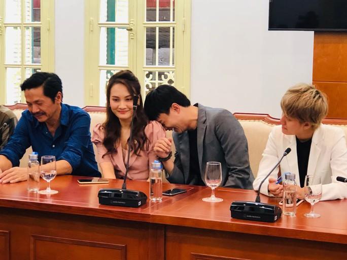 Nhận bằng khen của Bộ VH-TT-DL, Bảo Thanh hỏi Bộ trưởng đã xem bao nhiêu tập phim Về nhà đi con? - Ảnh 6.