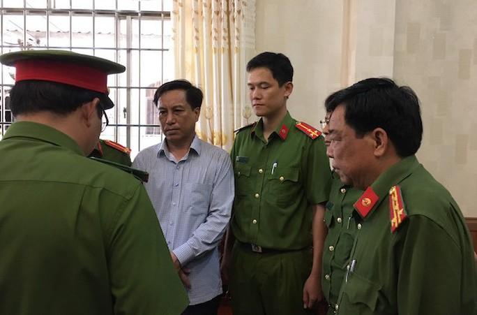 Bắt cựu Chủ tịch, Phó Chủ tịch UBND TP Trà Vinh - Ảnh 1.