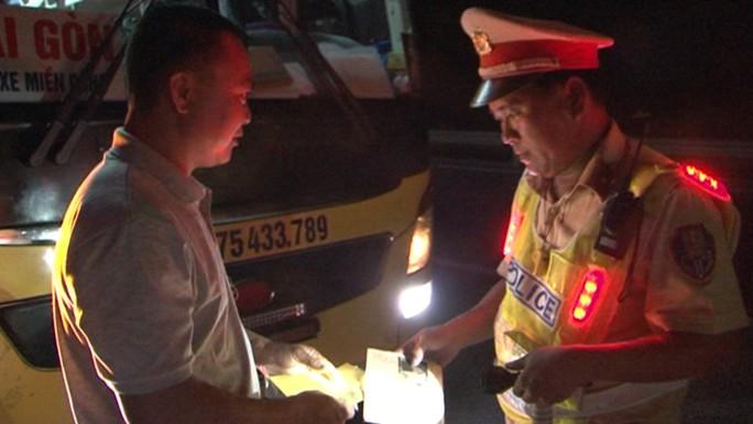 Tước bằng lái, phạt 2,5 triệu đồng đối với tài xế vượt ẩu trong hầm Hải Vân - Ảnh 1.