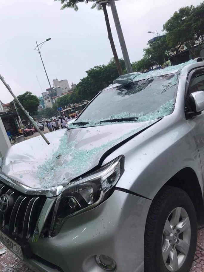 Xe Vios bất ngờ lao từ tầng 2 showroom xuống đất, rơi trúng xe Toyota Prado - Ảnh 2.
