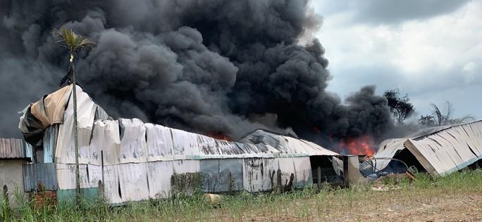 Cháy dữ dội ở Hóc Môn, khói lửa bốc cao hàng trăm mét - Ảnh 1.