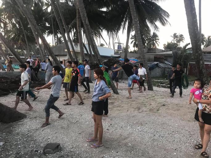 Thêm 6 du khách bị sóng lớn cuốn trôi khi tắm biển Phan Thiết - Ảnh 2.