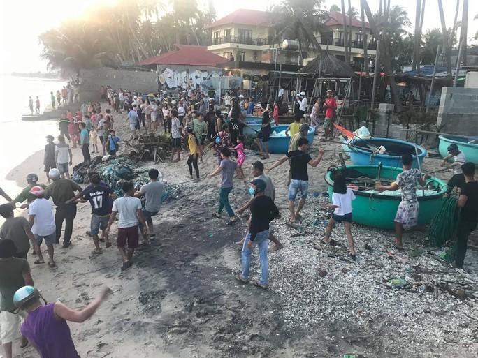 Thêm 6 du khách bị sóng lớn cuốn trôi khi tắm biển Phan Thiết - Ảnh 1.