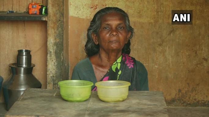 Cụ bà 65 tuổi sống trong nhà vệ sinh công cộng 19 năm - Ảnh 1.