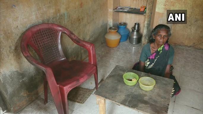 Cụ bà 65 tuổi sống trong nhà vệ sinh công cộng 19 năm - Ảnh 2.