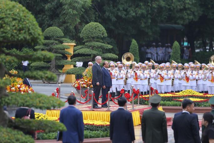 Cận cảnh Thủ tướng Nguyễn Xuân Phúc đón Thủ tướng Úc Scott Morrison - Ảnh 3.