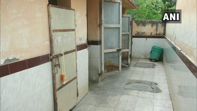 Cụ bà 65 tuổi sống trong nhà vệ sinh công cộng 19 năm - Ảnh 4.